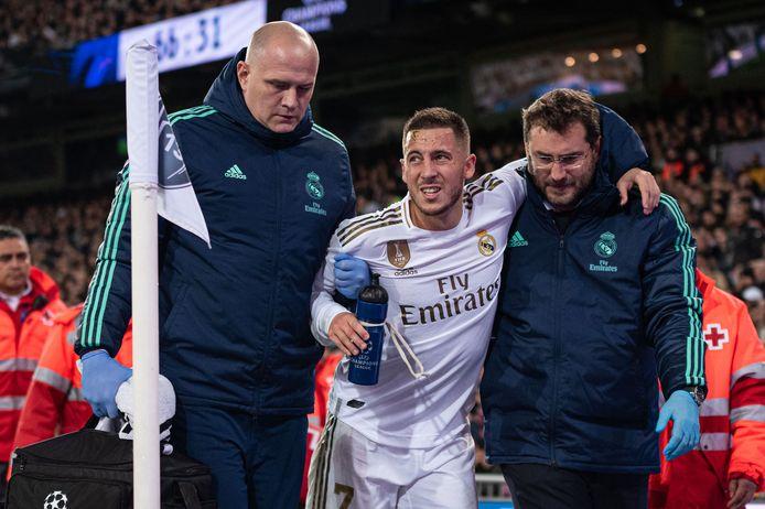 Eden Hazard gaat in het duel met Paris Saint-Germain geblesseerd van het veld.