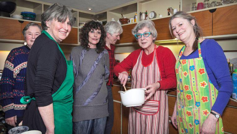Met een beetje duwen passen alle historici in Esters keuken. Foto Marc Driessen Beeld
