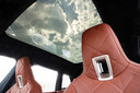 Om gewicht te besparen heeft het glazen dak geen rolluik. In plaats daarvan kun je het glas elektronisch blinderen.