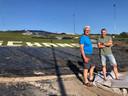 De wederopbouw bij skiclub De Schans is begonnen. Op de foto Guillaume Moonen (links) en Tjeerd Terpstra.