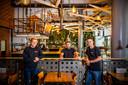 Van links naar rechts de mannen van 21 Pinchos: Daan Kop Jansen (assistent-bedrijfsleider), Jeffrey Jansen (mede-eigenaar), Mitchell van den Oosten (bedrijfsleider).