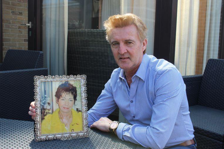 Chris Clark bij een foto van zijn Darlina. In Aalter was ze ook bekend, omdat ze jarenlang met een ijskar door de straten reed.