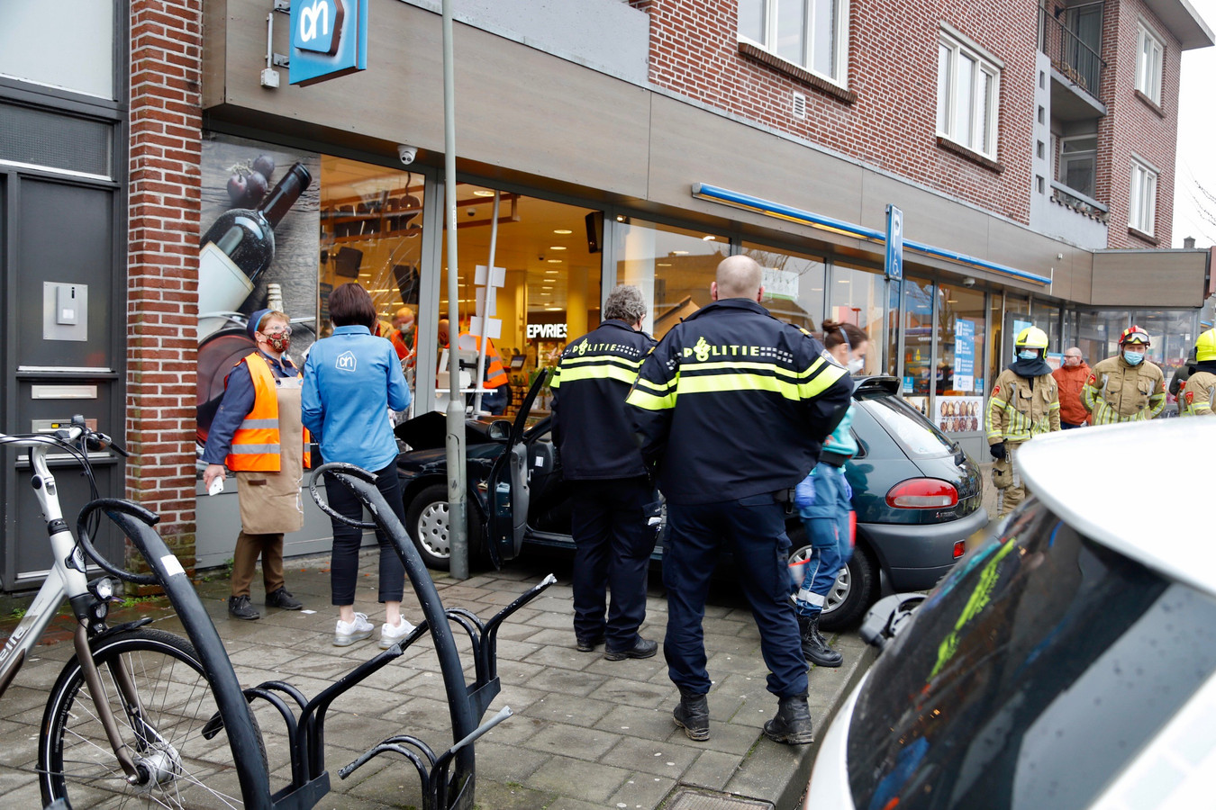Een auto is tegen de pui van Albert Heijn in Gennep gebotst.