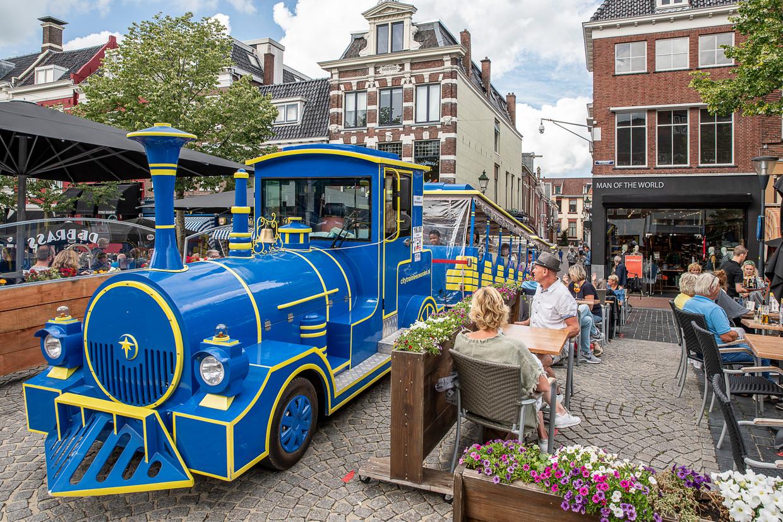 Een elektrisch toeristentreintje rijdt door de binnenstad van Leeuwarden en moet aan strengere corona-eisen voldoen dan het openbaar vervoer.  Beeld Harry Cock / de Volkskrant