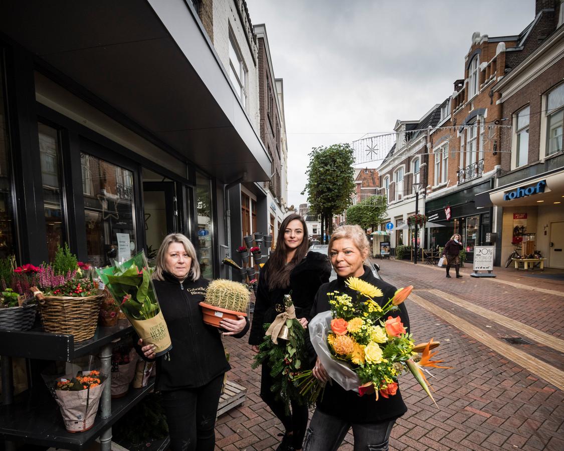 Gabriëlle's Bloemen met eigenares Gabriëlle Lubbers (rechts), haar dochter Chanel (midden) en Jolanda van de Water.
