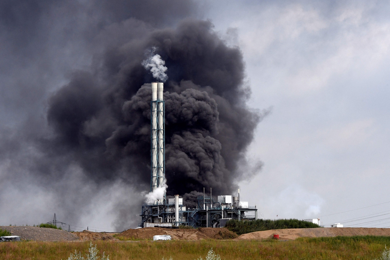 De la fumée s'élève d'une décharge et d'une zone d'incinération des déchets dans le parc industriel Chempark géré par l'opérateur Currenta, suite à une explosion dans le district de Buerrig à Leverkusen, dans l'ouest de l'Allemagne, le 27 juillet 2021.
