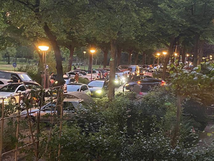 Bezoekers van het Vroesenpark trekken zich weinig tot niets aan van de afstandsregels.