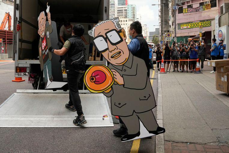 Een bordkartonnen versie van Zhao Ziyang, secretaris-generaal van de Chinese communistische partij tijdens de studentenprotesten in Beijing, wordt in beslag genomen. De politie van Hongkong deed donderdag een inval in het museum van de Hong Kong Alliance. Beeld AP