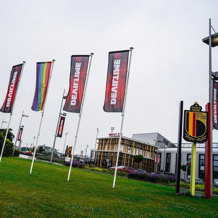 De regenboogvlag hangt ook uit aan het oefencentrum van de Rode Duivels in Tubeke. Beeld RV