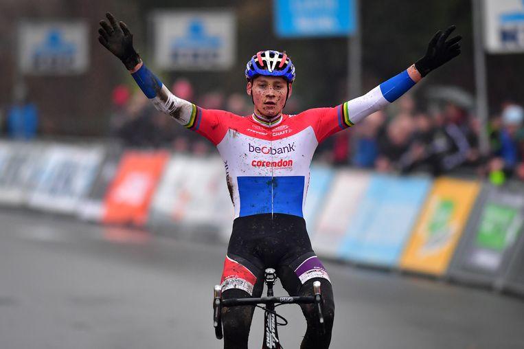 In Otegem pakte de Nederlandse kampioen opnieuw verbluffend uit en liet hij de concurrentie ver achter zich. Na een lange solo kon hij uitgebreid het zegegebaar maken. Beeld BELGA