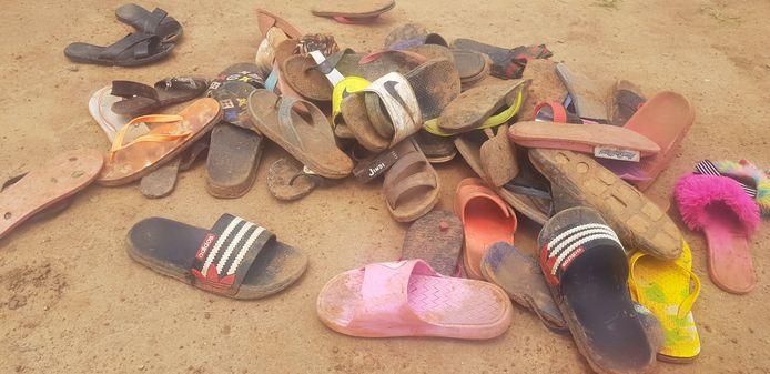 Schoenen van de kinderen die ontvoerd werden door gewapende mannen uit de Bethel Baptist School in Kaduna, Nigeria.