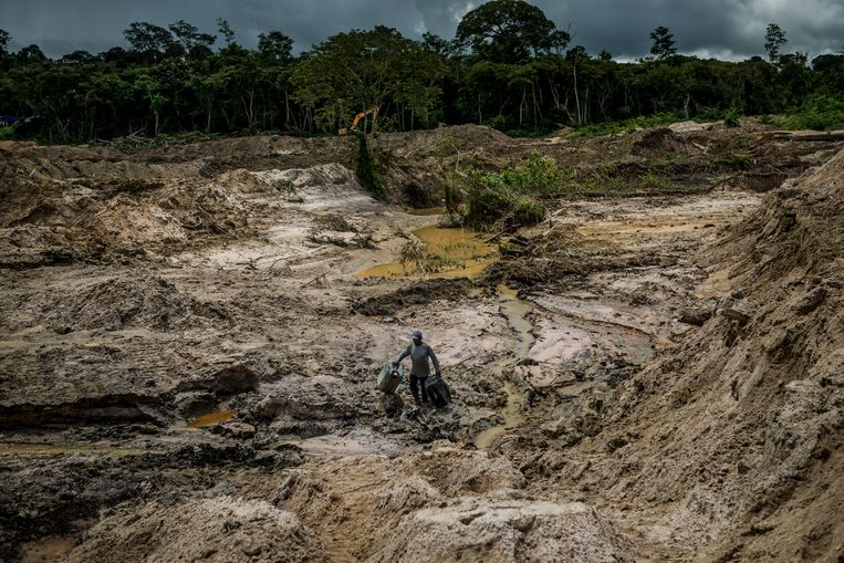 Een illegale mijnwerker aan de slag in een goudmijn rond Posto de Vigilância, een dorp van de Munduruku-stam.  Beeld NYT