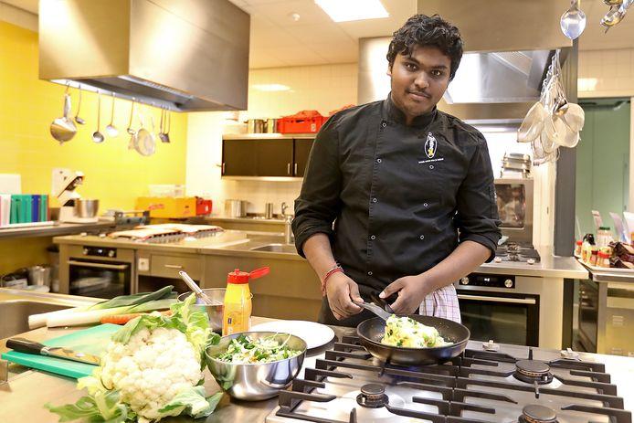Pravinath Kamalanathan als 17-jarige stagiair in de keuken van het restaurant 't Vierspan in Borculo.