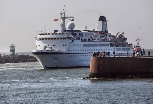 Een imposant beeld: de MS Berlin komt de haven van Scheveningen binnenvaren.
