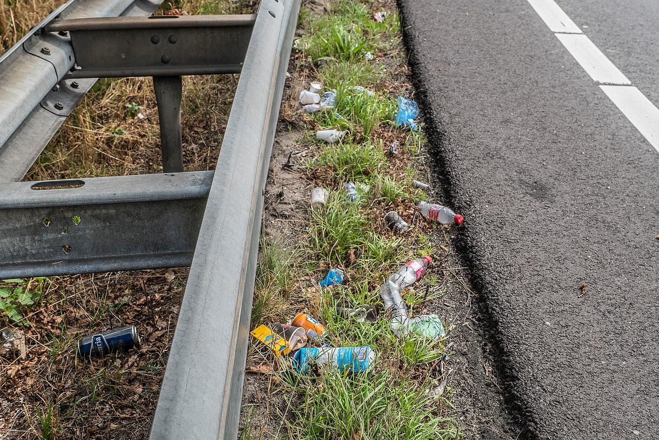 Bij de afrit van de A77 bij Heijen ligt enorm veel zwerfafval in de berm. Alles wat iedereen maar uit de auto gooit. Rijkswaterstaat is begonnen met opruimen en heeft alleen in de ochtend al 4 vuilniszakken vol.
