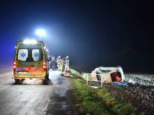 Vrouw crasht met auto in een akker bij Zaamslag en raakt bekneld