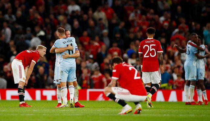 Donny van de Beek (links) ziet hoe de spelers van West Ham United feestvieren.
