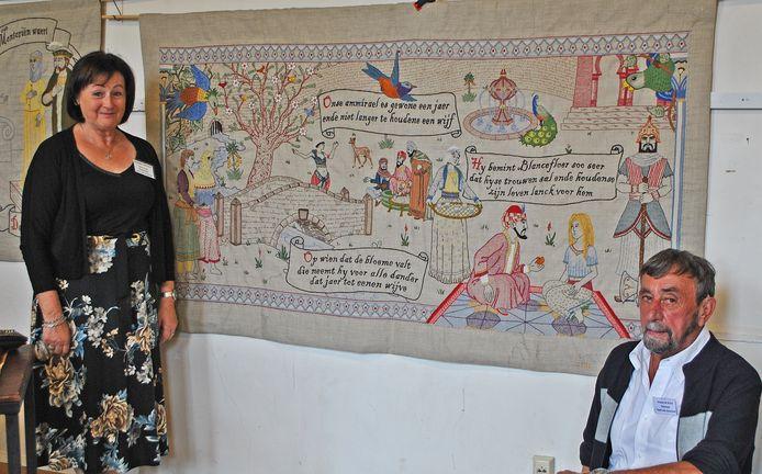 Christine Verpaele en haar echtgenoot bij het doek dat ze maakte.