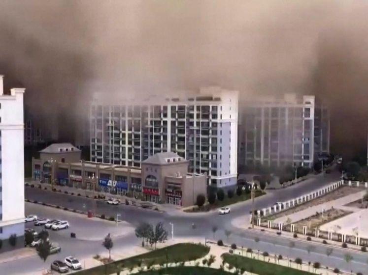 Hallunicante beelden van 100 meter hoge zandstorm die stad opslokt