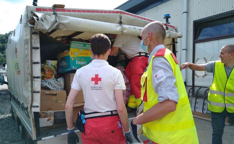 Vrijwilligers van het Rode Kruis aan het werk in het getroffen Pepinster. Beeld Rode Kruis Kortrijk