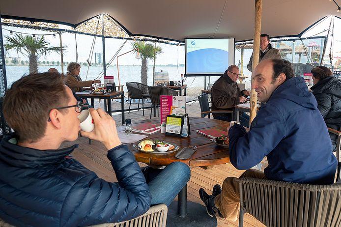 De leden van golfvereniging Reymerswael komen ontbijten bij Saus aan de Bergse Boulevard.