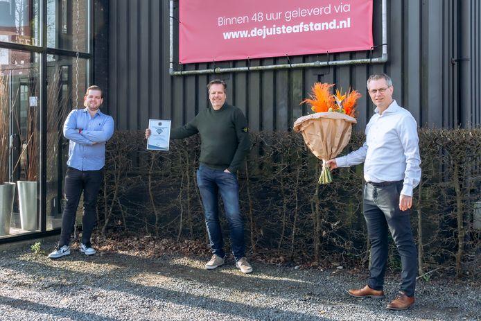 Frank van den Ouden (rechts) feliciteert Michael van der Zee (midden) en zoon Tim (links) met de titel Hoeksche Ondernemersheld.