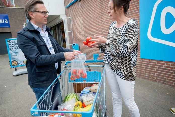 Anita Scholte op Reimer, directeur duurzaamheid bij Albert Heijn geeft uitleg over de duurzaamheid van de producten in het winkelwagentje. Foto: Pix4Profs/Joyce van Belkom