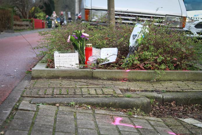 Op de plek van het ongeluk waar Aart Staartjes het leven verloor werden eerder bosjes bloemen, kaarsjes en teksten gelegd.