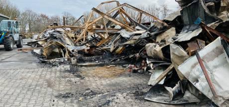 Dag na verwoestende brand in Laag Zuthem rest alleen een berg verwrongen staal