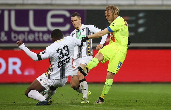 Roman Bezus in actie tegen Charleroi. Hij scoorde twee van de vier Gentse goals.