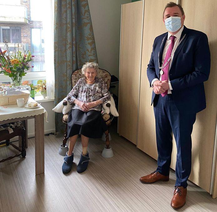 De 105-jarige mevrouw De Dreu-Ponse met hoog bezoek. Burgemeester Gerben Dijksterhuis kwam speciaal voor haar verjaardag naar de Rietzanger.