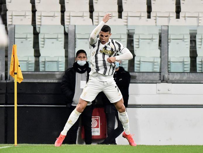 Cristiano Ronaldo viert een goal namens Juventus.
