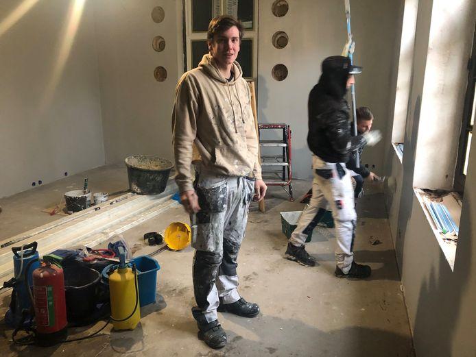 Mika Keizers is één van de vakschoolleerlingen die gezinshuis De Grote Geer in Houten in de verf zetten.