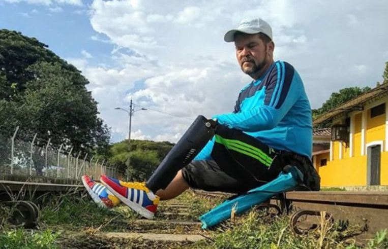 Yeslie Aranda uit Venezuela, trekt door het hele continent om zijn dochter (die ook een been mist) én landgenoten te inspireren.