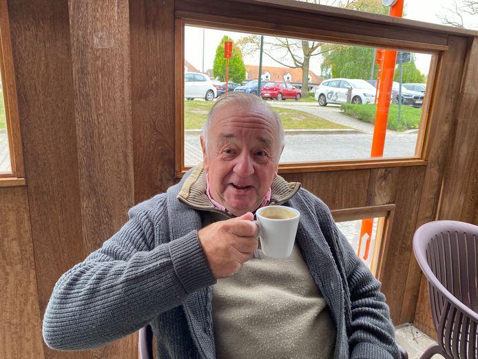 Julien geniet van zijn eerste koffie