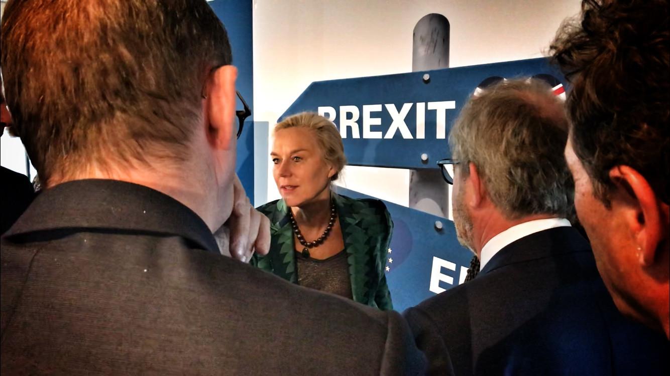 Sigrid Kaag, minister voor Buitenlandse Handel, in gesprek met regionale hightechondernemers.