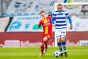 Boyd Lucassen zit De Graafschap-speler Johnathan Opoku op de hielen vorige maand in Doetinchem.