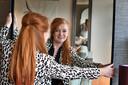 Manon Nijland is styliste en vindt de spiegel vooral beeldschoon. De spiegel maakt een ruimte groter, lichter en dieper.