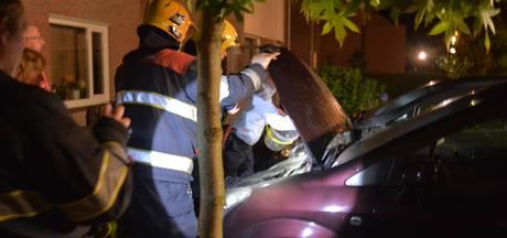 Autobrand in Eindhoven; twee vuurfakkels gevonden
