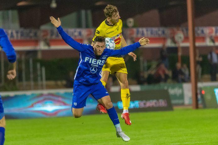 Loïc Thissen zwaait met de armen in een kopbalduel afgelopen zaterdag tegen Oudenaarde. Hij mag zich met Olsa Brakel opnieuw opmaken voor een derby tegen zijn ex-ploeg SK Ronse.