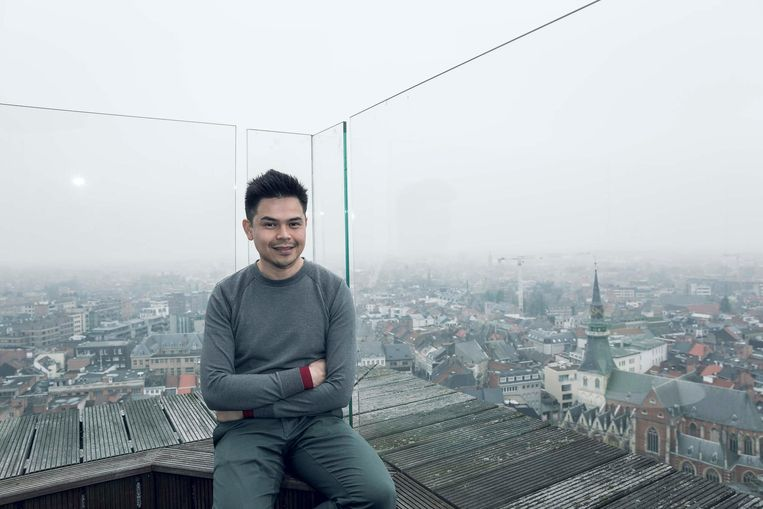 Gama Putra, de man achter het 'I love netwerk' in de Vlaamse steden, kijkt uit over Hasselt.