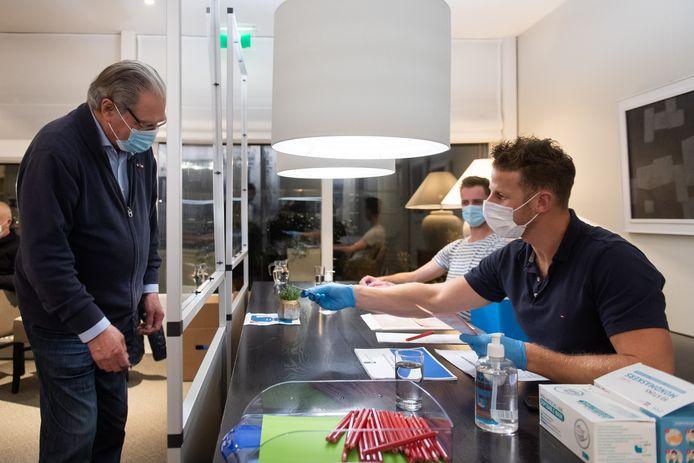 Stemmen in coronatijd in Oisterwijk tijdens de herindelingsverkiezingen: George Brouwers gaat stemmen in serviceflat Burghtweide