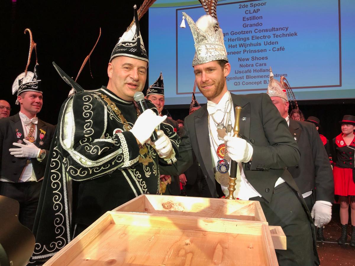 Prins Hannes III van de Kuussegatters overhandigt de bijzondere 'Vonk-onderscheiding' aan Thijs Vonk, prins Porcellus de 54ste.