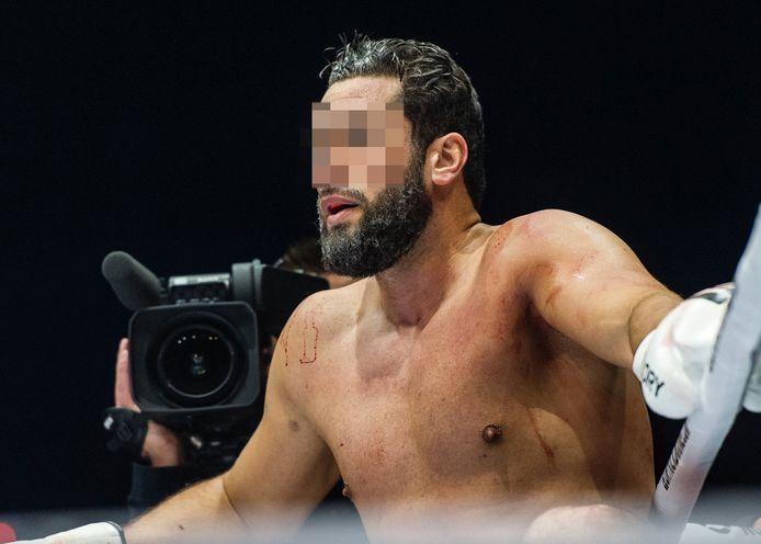 """Jamal Ben Saddik, également connu sous le nom de """"Goliath de Borgerhout"""", est lui aussi mentionné comme l'un des """"revendeurs"""" dans le dossier Sky. Un colosse de deux mètres et cinq centimètres de haut, 124 kilos d'acier et de muscles. Dans le monde du kickboxing, Jamal Ben Saddik, 30 ans, n'est pas n'importe qui.  Numéro deux mondial, vaincu par le champion du monde Rico Verhoeven, Saddik est un modèle pour de nombreux jeunes boxeurs. Mais cette semaine, """"le Goliath de Borgerhout"""" est tombé de son piédestal."""