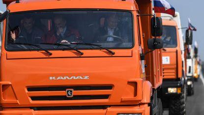Poetin rijdt nieuwe brug naar de Krim over aan stuur van vrachtwagen