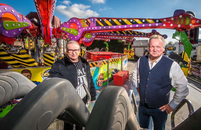 Mario Holtkamp (links) en Benno Hendriks zijn kermisexploitanten. Ze leven in grote onzekerheid: wanneer mogen ze weer hun geliefde werk uitvoeren?