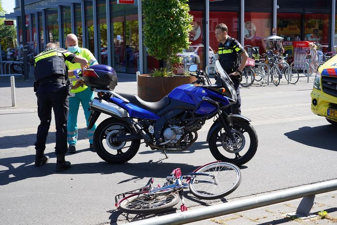 De motorrijder en het meisje op de fiets botsten op het Dr. Struyckenplein in Breda.