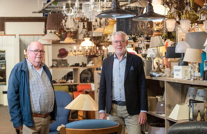 Peter Ruigendijk (links) en André Makkenze van kringloopwinkel Woord en Daad.