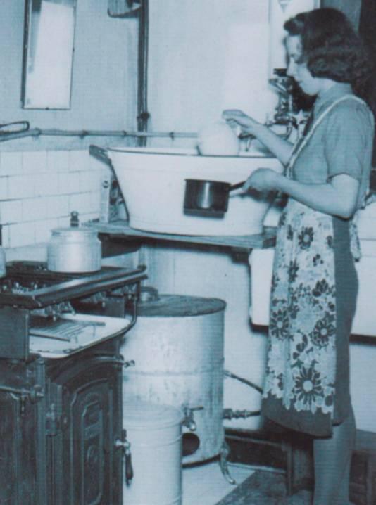 Huisvrouw in de keuken omtrent 1940.