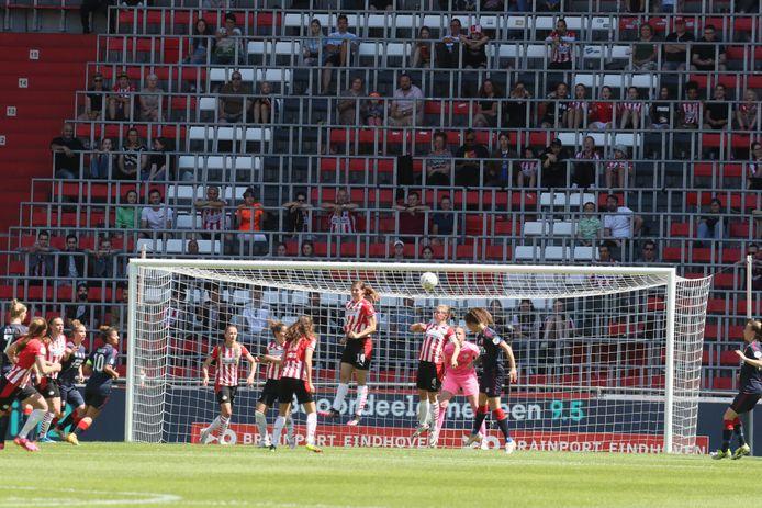Fans in het Philips Stadion bij PSV - FC Twente. Fenna Kalma kopt de gelijkmaker binnen.